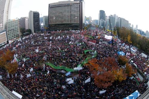 11月12日、26万人が参加した「21世紀最大のデモ」が開かれ、朴槿恵退陣を求めた(写真:代表撮影/ロイター/アフロ)