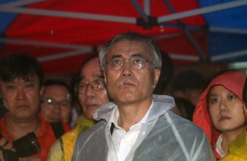 ソウルの日本大使館前で2012年8月15日に開かれた慰安婦問題デモに参加した民主統合党時代の文在寅氏(写真:YONHAP NEWS/アフロ)