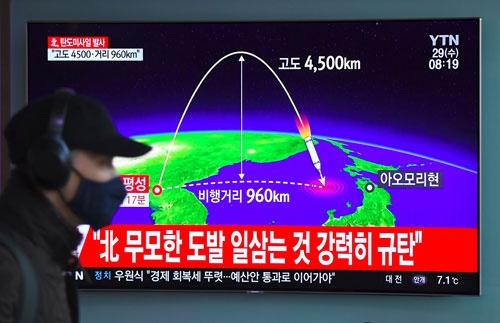 11月29日午前3時18分頃、北朝鮮がICBMと見られるミサイルを試射。日本のEEZ内に落下した(写真:AFP/アフロ)