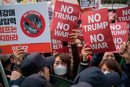 """トランプ大統領の訪韓時、異例の""""緩い規制""""の下で反米デモが展開された(写真:AFP/アフロ)"""