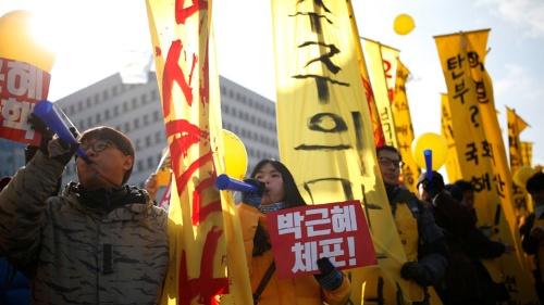 朴槿恵大統領の弾劾を求める群衆が国会議事堂前に押し寄せる中、弾劾訴追案が可決された(写真:ロイター/アフロ)