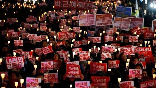 大統領を弾劾に追い込んだデモを「世界4大革命に比肩」と自賛する韓国人。しかし、そのデモを冷ややかに見つめる人もわずかながらいる(写真:ロイター/アフロ)