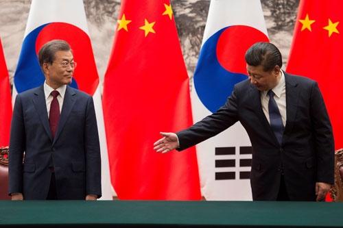 12月14日の首脳会談で、習近平主席と文在寅大統領は米国の軍事行動を牽制する条項で合意した(写真:代表撮影/ロイター/アフロ)