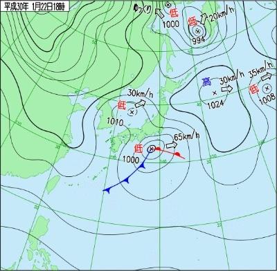 2018年1月22日18時の天気図。文字通り、日本列島の南にある低気圧が「南岸低気圧」だ。(気象庁ホームページより)