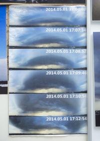 ガストフロントの周囲にできる特徴的な雲「アーククラウド」の連続写真。積乱雲から弧状に広がっている。
