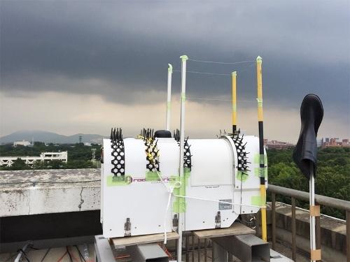 カラス対策が施された気象研究所のマイクロ波放射計。(写真提供:荒木健太郎)