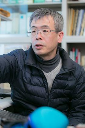 色覚の進化について研究している東京大学の河村正二教授。