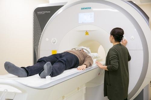 fMRI装置。短時間で済むというので川端裕人さんも「被験者」に。