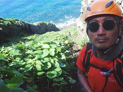 南硫黄島を登攀中。(写真提供:川上和人)