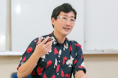 小笠原の鳥の生態を研究している川上和人さん。