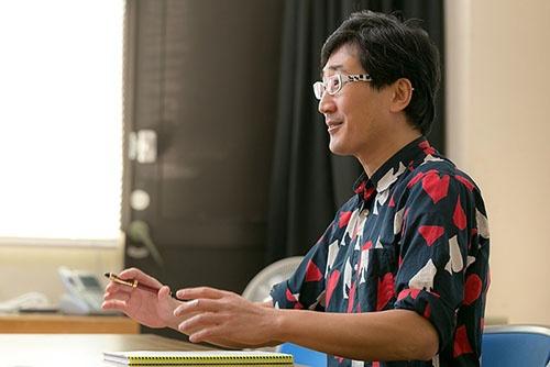 鳥類学者の川上和人さん。語り口はクールだが、研究が好きでたまらないという顔をのぞかせる。