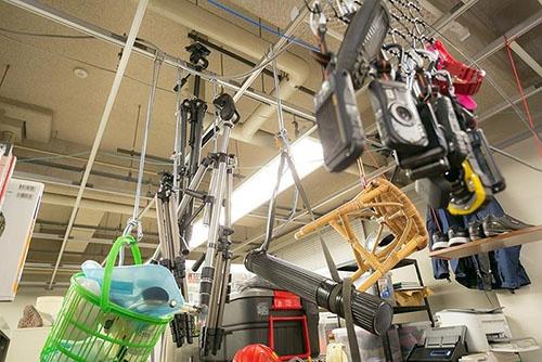 研究室の天井からぶら下がっていた無人島調査のための機材。他にヘルメットやクライミング用の道具などもあった。