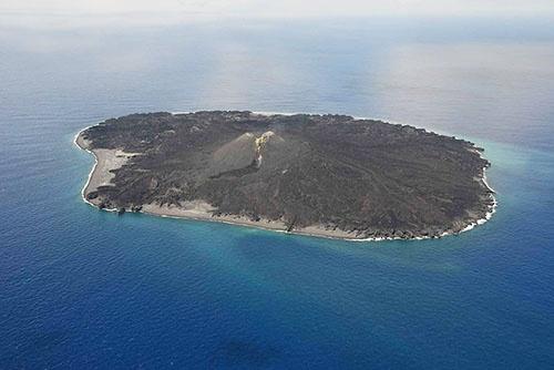 西之島。2016年5月20日撮影。(出典:海上保安庁)