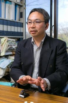 国立歴史民俗博物館准教授の山田慎也さん。難聴のため補聴器を使って取材に応じてくれた。