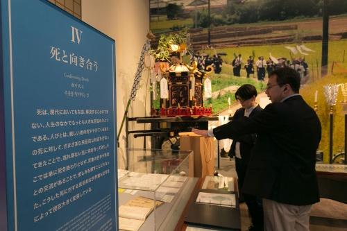 国立歴史民俗博物館第4展示室の展示より。奥の大きな写真は94年の調査で山田さんが撮影した伝統的な葬列。