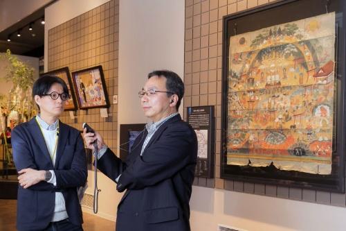 山田さんが担当した国立歴史民俗博物館の展示「死と向き合う」の一画。右の大きな絵は、私たちが暮らす「人道」や「地獄」など苦しみに満ちた「六道」と、悟りを開いた後の煩悩のない「四聖」からなる十の世界が描かれた「熊野観心十界図(曼荼羅)」だ。江戸時代の初期あたりにできた絵で、「家」の観念が描かれ、家を継がないことに対する罪悪などが登場する。この罪悪がその後、葬儀の発想のベースになっていくという。
