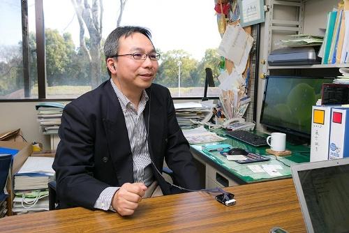 民俗学の立場から日本の葬儀と死生観の変容を研究している山田慎也准教授。