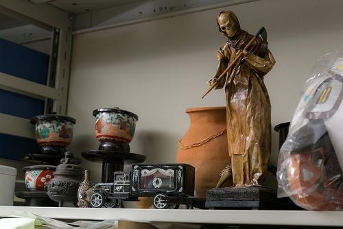 研究室に置かれていた各国の骨壷などの資料。手前中央の車はチェコの霊柩車。