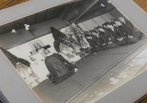 大正15年に亡くなった15代住友家当主である住友友純(ともいと)の葬儀写真集より。すでに遺影が飾られていた。