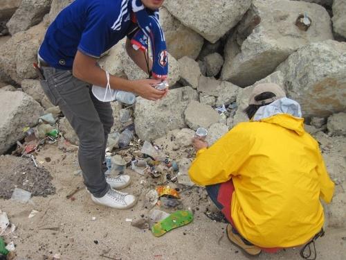 ガーナの首都アクラの砂浜でマイクロプラスチックを採取。この地点は世界的に問題となっている電子機器廃棄処理場(Agbogbloshie e-waste)の下流に位置し、プラスチックから高濃度のPCBが検出された。(写真提供:高田秀重)