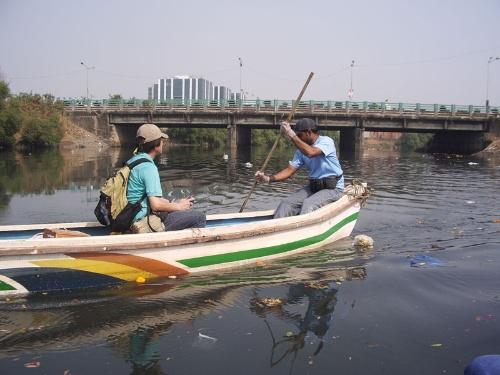インド、ムンバイの運河で堆積物を調査。水底がプラゴミで覆われており、堆積物を採取するには何度も採泥器を下ろさなければならなかった。(写真提供:高田秀重)
