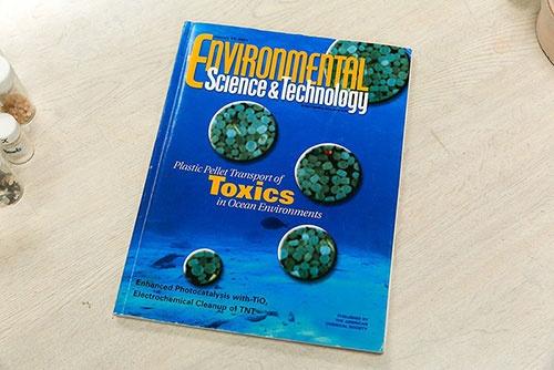 第2回ででてきた、海岸のプラスチックからノニルフェノールやPCBなどが高濃度で検出されたという2001年の論文が表紙を飾った学術誌。『Nature』や『Science』をはじめ、環境汚染に関する高田さんの研究論文はさまざまな学術誌に多数掲載されてきた。