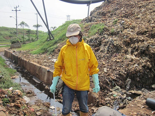 インドネシア、ジャカルタ近郊の廃棄物埋立処分場で埋立ゴミからの浸出水を採取中。ここからは高濃度のプラスチック添加剤が検出された。プラスチック汚染の研究でも下水調査でも、高田さんは「現場百遍」をモットーに世界を飛び回る。