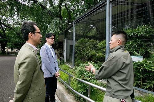 左の人物が羽山伸一教授。日本獣医生命科学大学の野生動物学研究室を主宰している。