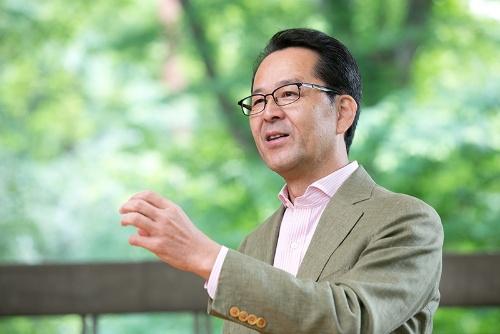 日本の絶滅危惧種の保護や野生動物の管理について最前線で活躍してきた羽山伸一さん。ツシマヤマネコとのかかわりも長い。