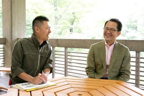 井の頭自然文化園ツシマヤマネコ飼育展示係の唐沢瑞樹さん(左)と、日本獣医生命科学大学教授の羽山伸一さん(右)