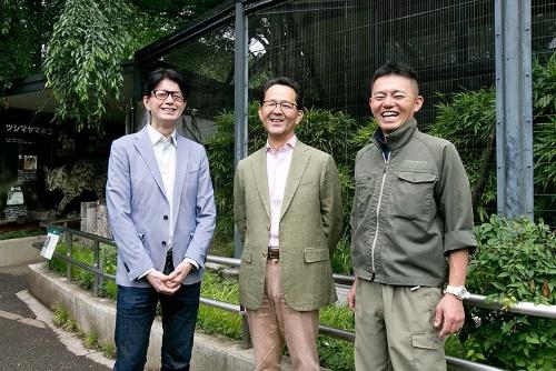 ツシマヤマネコの放飼場の前で。右から井の頭自然文化園の唐沢瑞樹さん、日本獣医生命科学大学の羽山伸一さん、そして筆者。