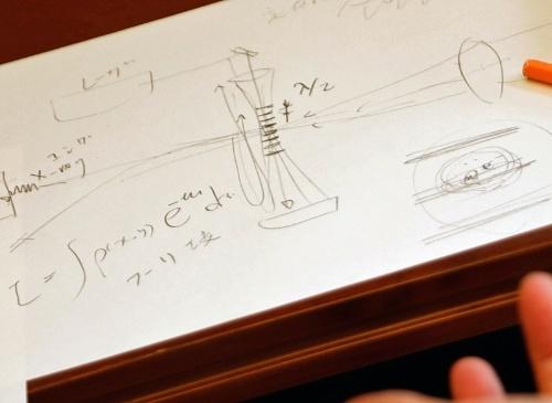 写真中央やや上の縞模様の部分が「レーザー光」による干渉縞。一方、電子ビームは干渉縞を通るように横から飛ばす。