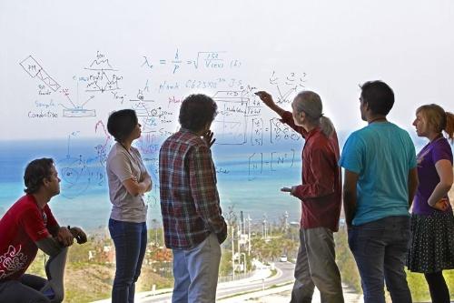 新竹積教授による物理学講座のひとこま。(画像提供:OIST/ギンター)