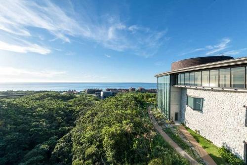 周囲には緑が広がり、研究棟からは海が見える。(写真提供:OIST/Nansei)
