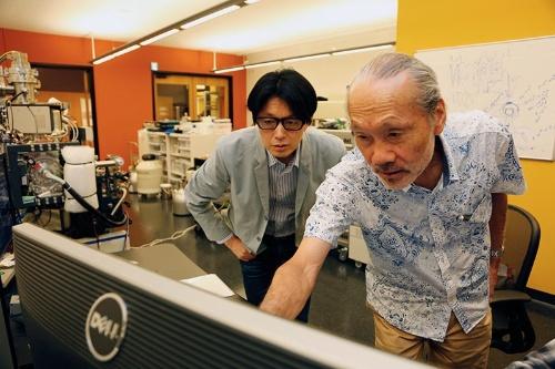 コザクラのモニター画面を覗き込む新竹さんと川端さん。