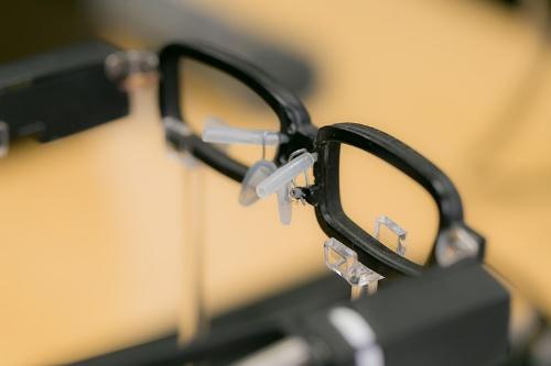 これがその眼鏡。目元あたりから涙のように液体が流れ出るようになっている。