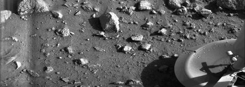 1976年7月20日、バイキング1号のランダーが着陸してすぐに撮影した火星。火星の地表で最初に撮影された写真だ。(Image:NASA)