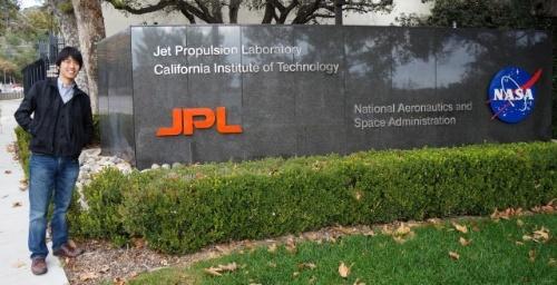 JPLの入り口にて。(写真提供:小野雅裕)