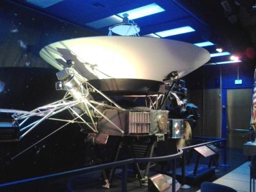 JPLのフォン・カルマン講堂にあるボイジャーの実物大模型。小野さんは初出勤の日に「挨拶」しに行ったそうだ。(写真提供:小野雅裕)