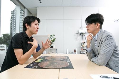 インタビューはナショナル ジオグラフィック日本版編集部の会議室で行われた。机の上にあるのは2016年11月号特製付録の火星の地図。