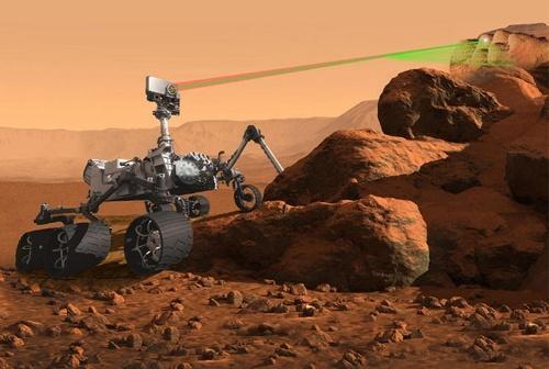 搭載予定の分析機器「スーパーカム」を使って地質の化学的性質を調査するマーズ2020ローバーの想像図。6輪の基本構造はこれまで同様だ。(Image:NASA)