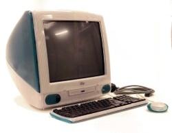 1998年に発売され、大ヒットした初代iMac。CPUのクロック周波数は233MHzだった。(Copyright:Museum Victoria / CC BY)