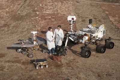 火星探査車3世代。手前の小型のものがソジャーナ、左がスピリットおよびオポチュニティ、右がキュリオシティ。(Image:NASA/JPL-CALTECH)