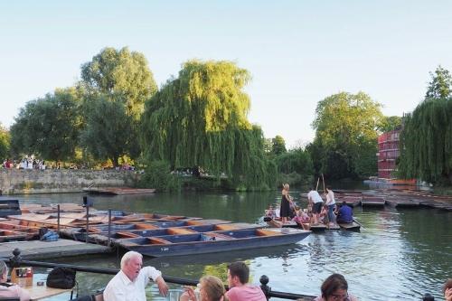 ケンブリッジという地名は「ケム川にかかる橋」という意味。ケム川をめぐるボートツアーは観光客に大人気だ。
