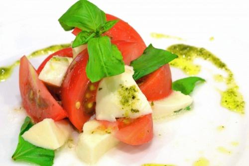 トマト、モッツァレラチーズ、オリーブオイルなどで作るイタリア南部カプリ島のサラダ、カプレーゼ。地中海料理というと、こんなイメージだろうか。