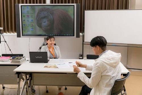 """「なんでそこまでやるの?」というくらい情熱を傾ける久世さんは、オランウータンの調査研究支援や啓蒙活動を行う<a href=""""http://orangutan-research.jp/"""" target=""""_blank"""">「日本オランウータン・リサーチセンター」</a>の事務局長を兼務し、講演活動なども行っている。"""
