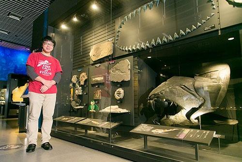 研究者、宮下哲人さんの魂の故郷とも言える東京上野の国立科学博物館にて。宮下さんはカナダに渡る前、恐竜を含む爬虫類化石、鳥類化石の専門家で科博の研究者である真鍋真さん(現・標本資料センター コレクションディレクター)の研究会に参加していた。(撮影協力:国立科学博物館)