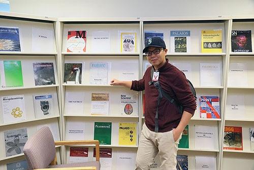 専門図書室で。(写真提供:川端裕人)
