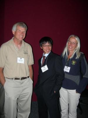 フィリップ・カリー博士(左)とエバ・コッペルフス博士(右)に挟まれて記念撮影。2007年、ロイヤル・ティレル古生物学博物館で開かれた角竜シンポジウムにて。(写真提供:宮下哲人)
