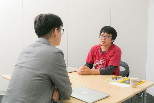 宮下哲人さんは、最初の研究がいまだ終わらない理由を語り始めた。